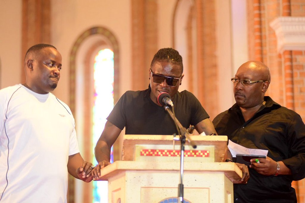 Weasel broke down and could not go a minute into his condolence speech at the requiem mass for his fallen groupmate Mowzey Radio