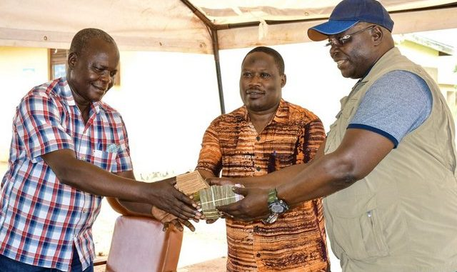 Oulanyah hands over UGX 20m to Omoro COVID-19 task force